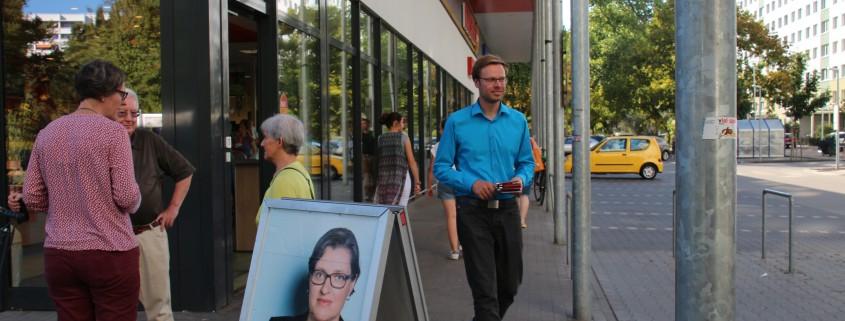Eine Wahlkampfszene. Birgit Monteiro und Christian Paulus verteilen Flyer.